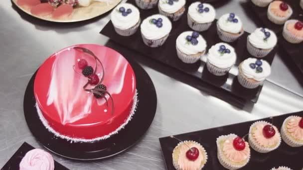 Rote Spiegel Glasur Kuchen Und Muffins Mit Beeren Auf Schwarzen