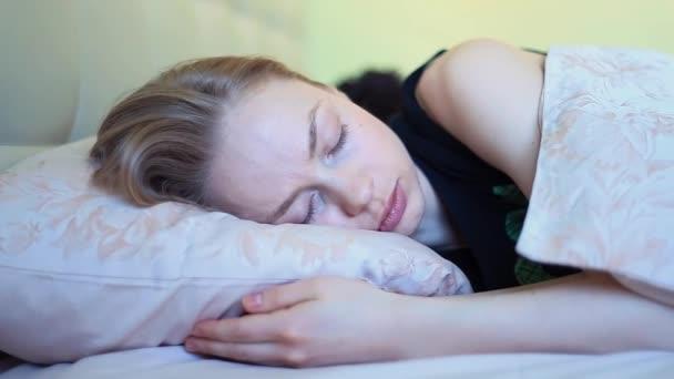Hezká dívka se probudí s přítelem ležel v posteli v časných ranních hodinách