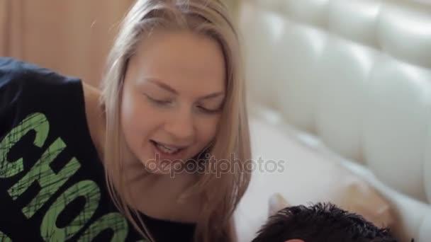 igrivaya-devchonka-video-muzhik-tyanet-devushke-shpagat-video