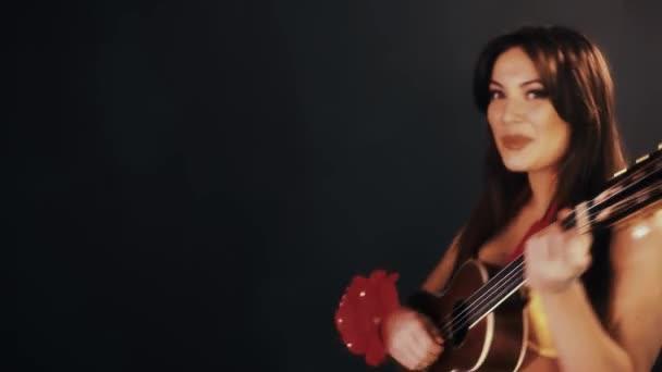 Attraktive Brünette Frau in Hawaii Kleid Ukulele Gitarre in schwarzen Raum
