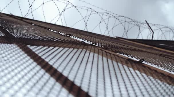 Metall Maschendraht Zaun mit Stacheldraht obendrauf vor grauen ...