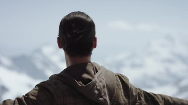 Mladý vousatý muž na vrcholu hory s malebným výhledem na otočce rapu
