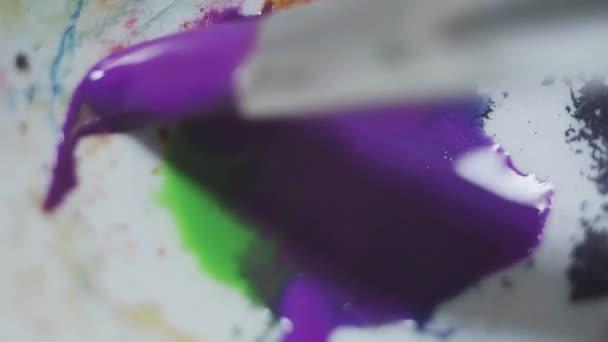 Peinture à l\'eau dans la palette de blanc de couleur pinceau mouillé ...