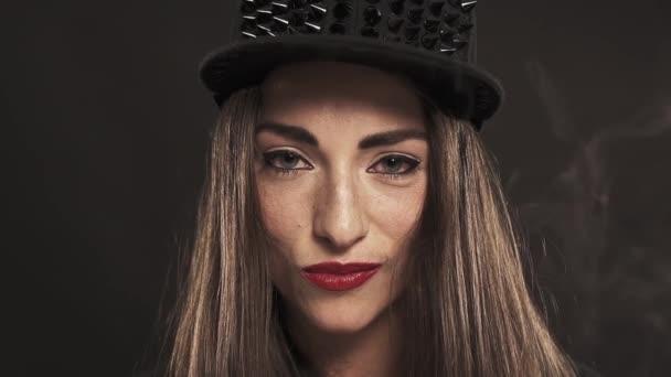 Mladá atraktivní dívka v špičatý snapback cap usmívá