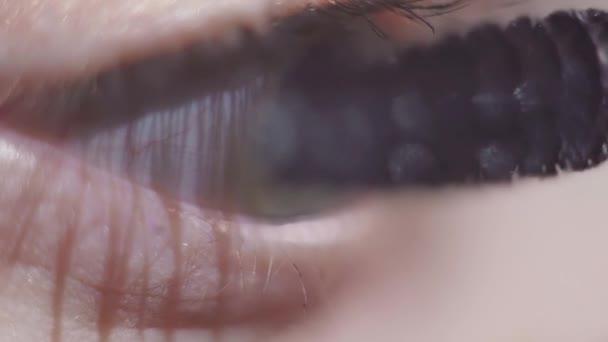Zelené oči žena použití černé kosmetika řasenka na řasy