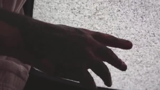 Tetovált személy kéz érintése statikus képernyő a régi tévék