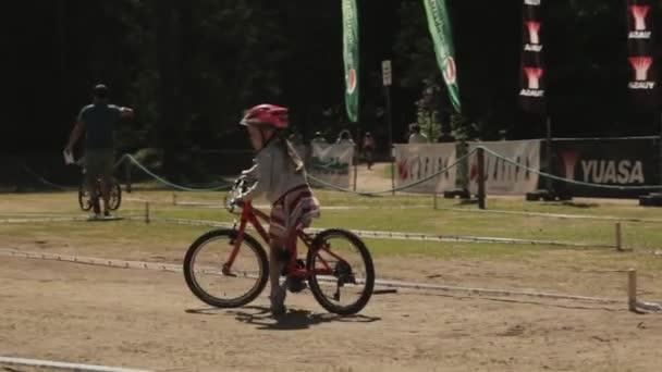 Malá holčička se snaží jedoucí na kole na zig zag školení stopa