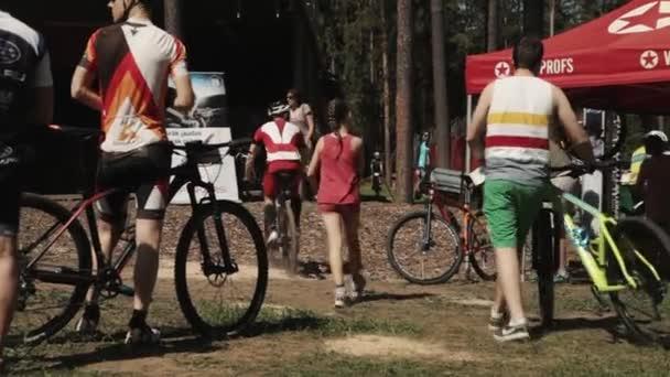 Spousta sportovců na kolo sportovní událostí Příprava před závodem