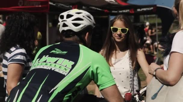 8447fc25b Garota de óculos de sol com a família falar esportista no capacete em bi–  gráficos de vetor