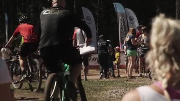Dav sportovců na kolo sportovní události před závodem