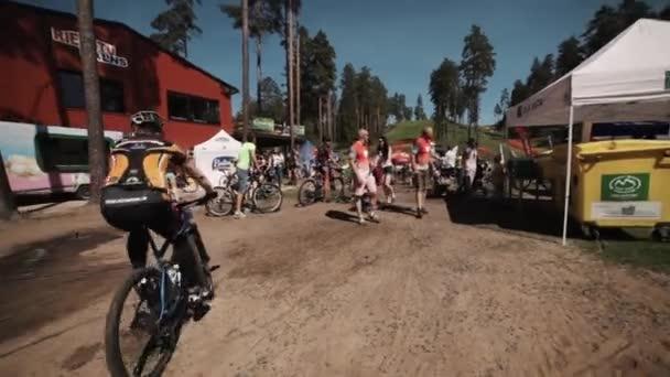 Disky kol davem lidí na sportovní závodní e sportovec