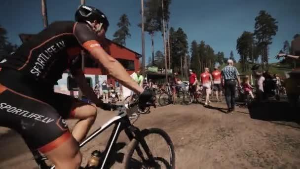 Cyklista na koni davem lidí na sportovní závodní událost