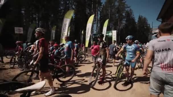 Přeplněné místo nedaleko cyklistické závodní startovní čáru venku v přírodě