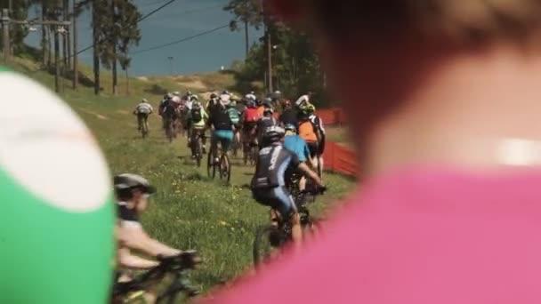 Spousta kol sportovců účast v závodě na trávě hill