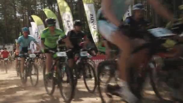 Cyklistický závod na prašné cestě, spousta sportovců v sportovní oblečení