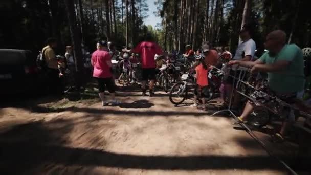 Správce zvednout malé děti linka na jízdní kola účast v závodě