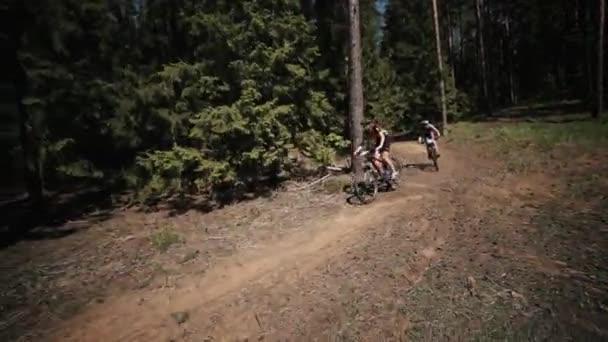 Jízdního kola freeride závod v lese, dvě dívky sportovci rychle jezdí b