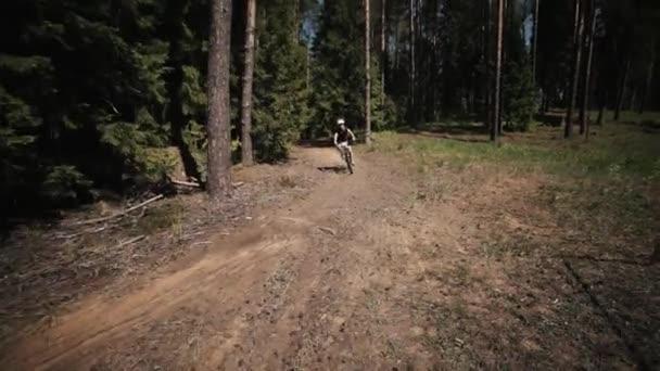 Jízdního kola freeride závod v lese, atletka rychlé vyjížďky na