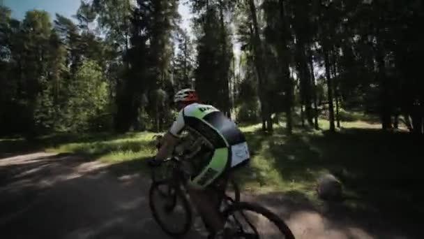 Dva sportovci kol Jízda závodu na silnici v lese
