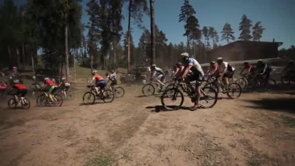 Spousta sportovců na koni kola v závodě venku v lese