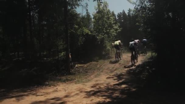 Jízdního kola freeride závod v lese, dav sportovci rychlé vyjížďky na