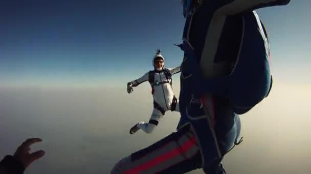 Fallschirmspringer Freestyle im Himmel. Extremsport. Adrenalin. Höhe. Flucht. Wolken