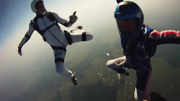 Fallschirmspringer-Freestyle-Tanz im Himmel. Extremsport. Adrenalin. Höhe. Flug.