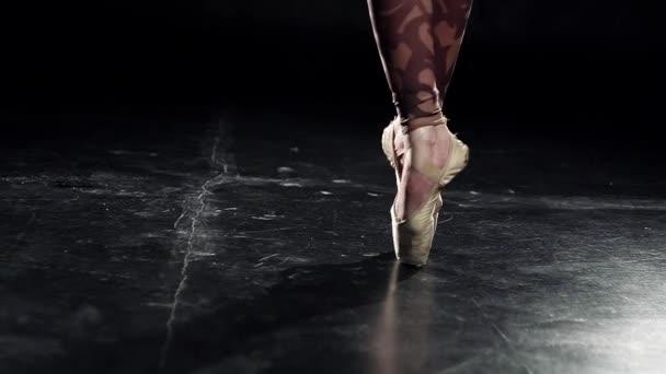 Beine in gelben goldenen Spitzenschuhen tanzen professionell Ballett