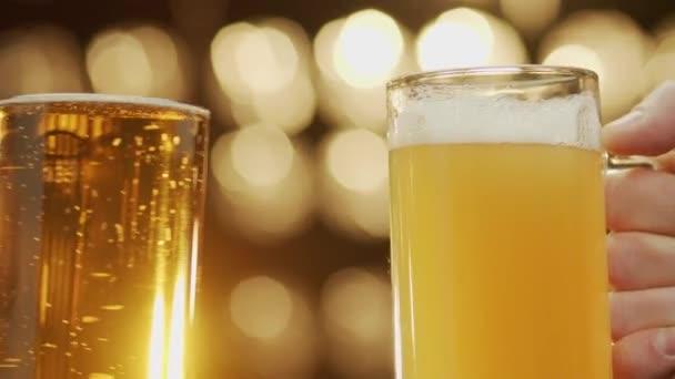Két barát clang szemüveg ömlött sör közelkép bokeh háttér