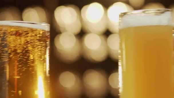 Dva přátelé toast pivo hrnky vylití piva close-up bokeh pozadí