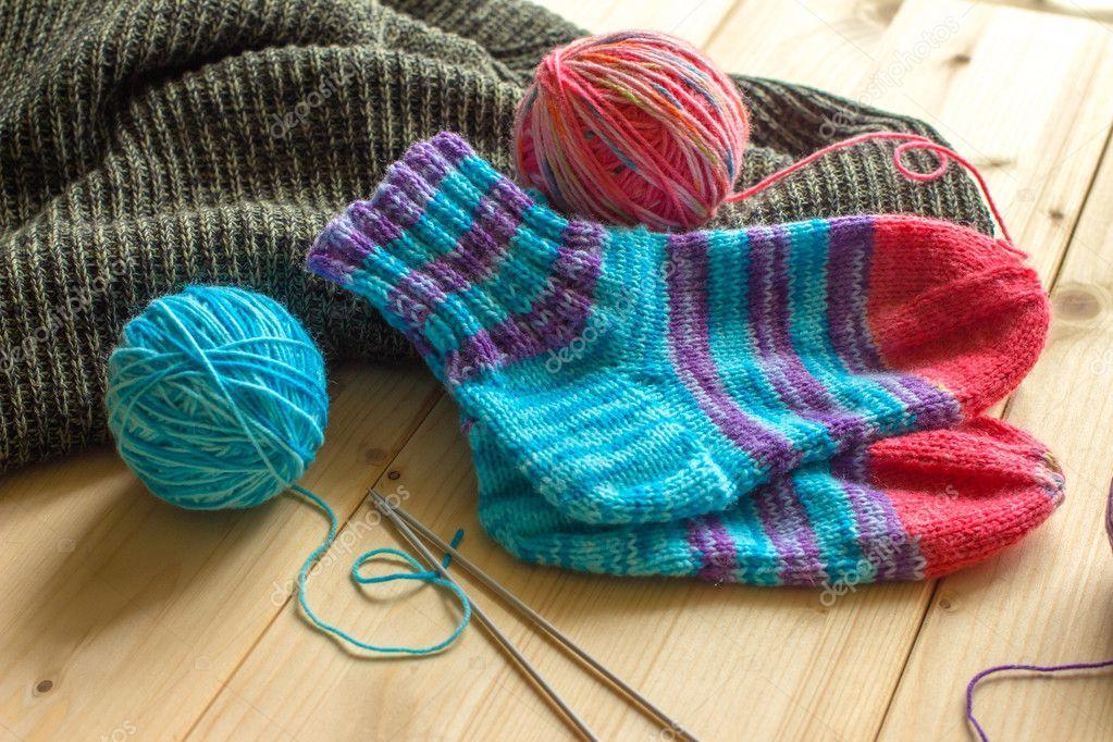 Chaussettes de bébé à la main et des écheveaux de laine multicolore — Photographie belkySok ...