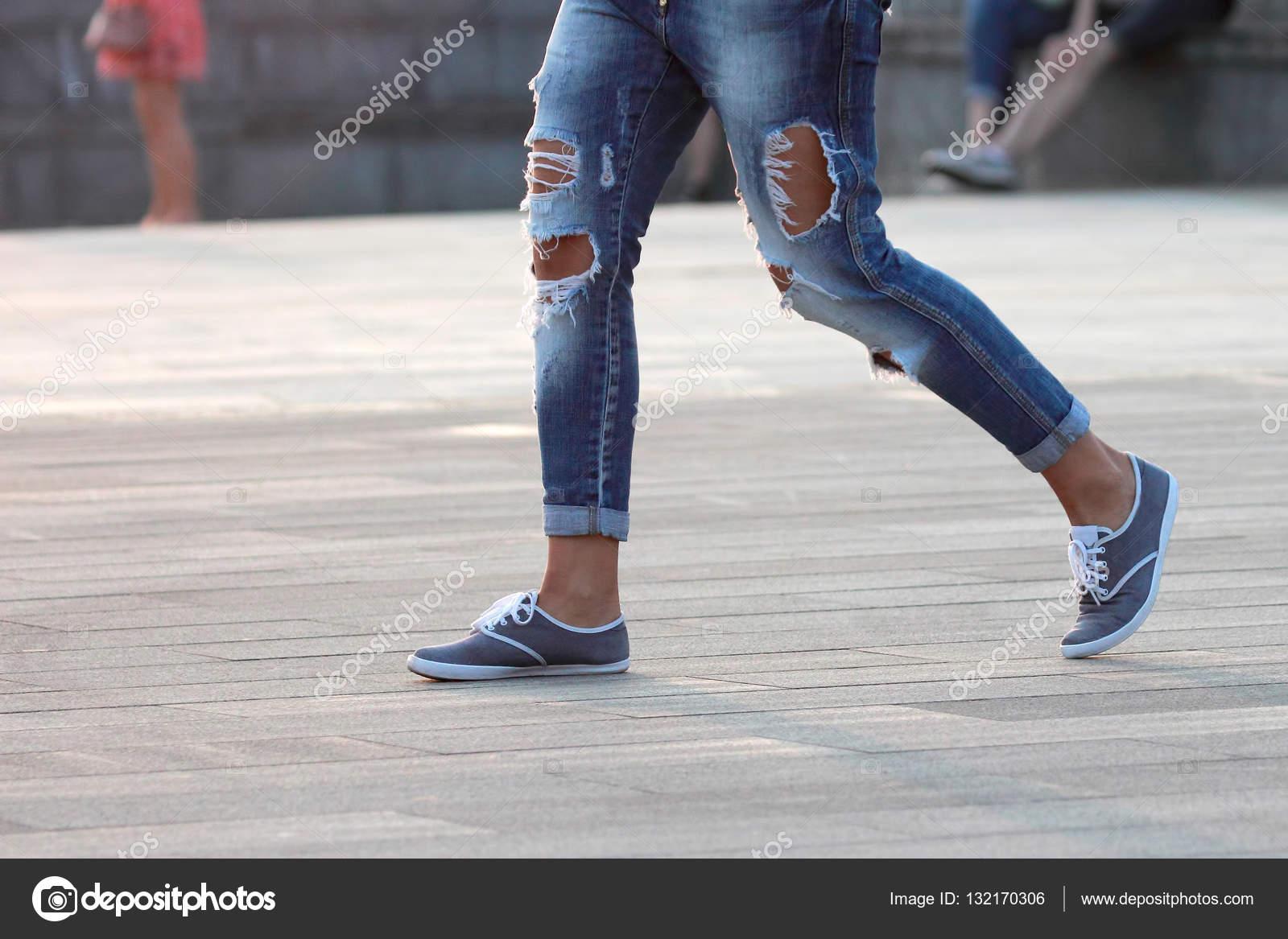 chodící muž v roztrhané džíny — Stock Fotografie © OlegTroino  132170306 426d4f7299