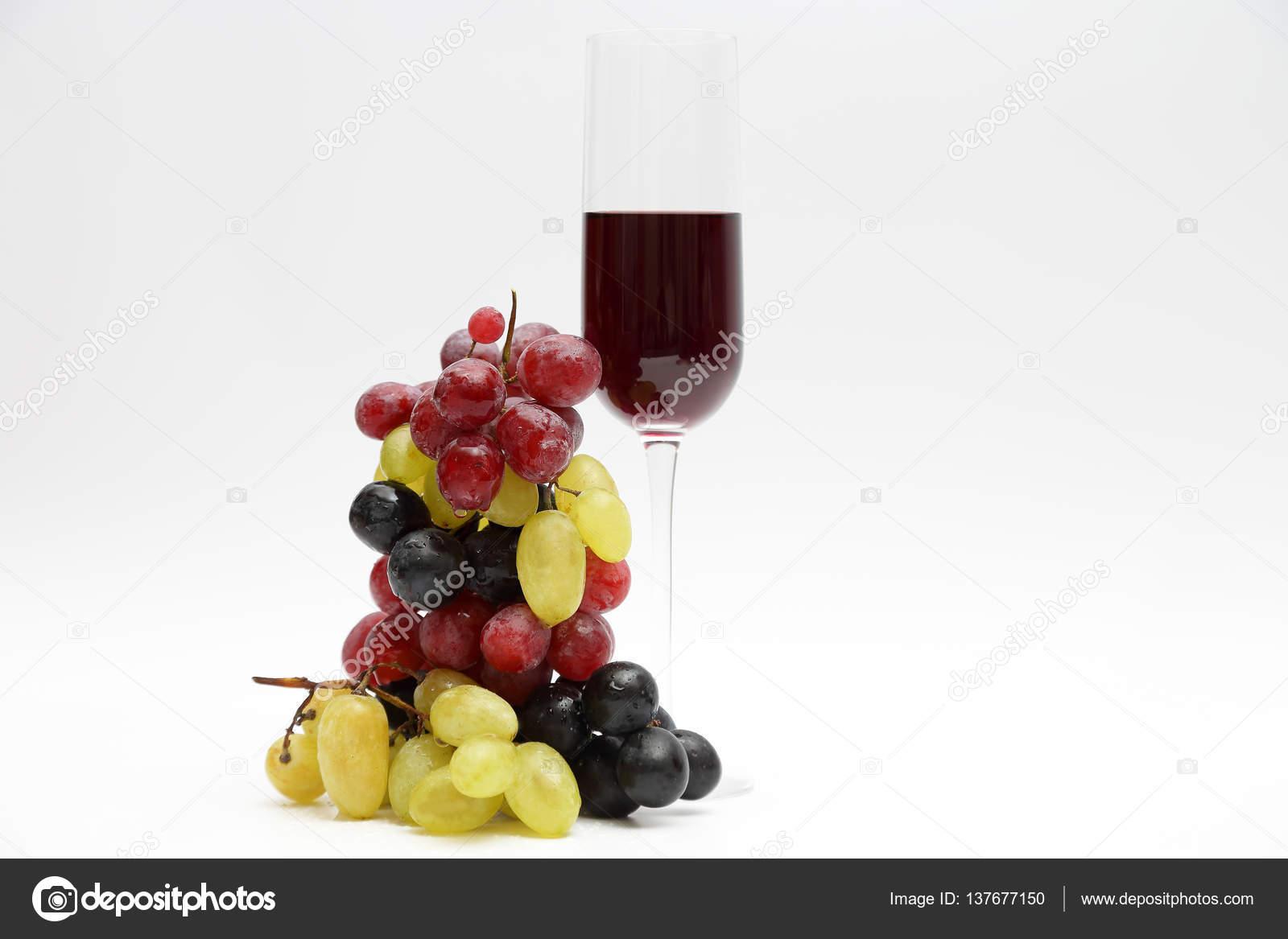 Lichte Rode Wijn : Glas met rode wijn met druiven op een lichte achtergrond