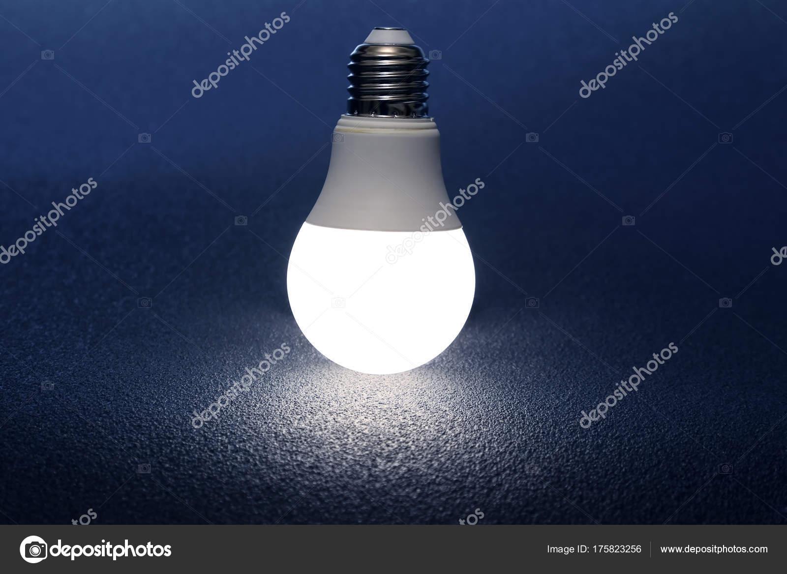 Lampe Led Moderne Est Tourne Sur Fond Sombre Photographie