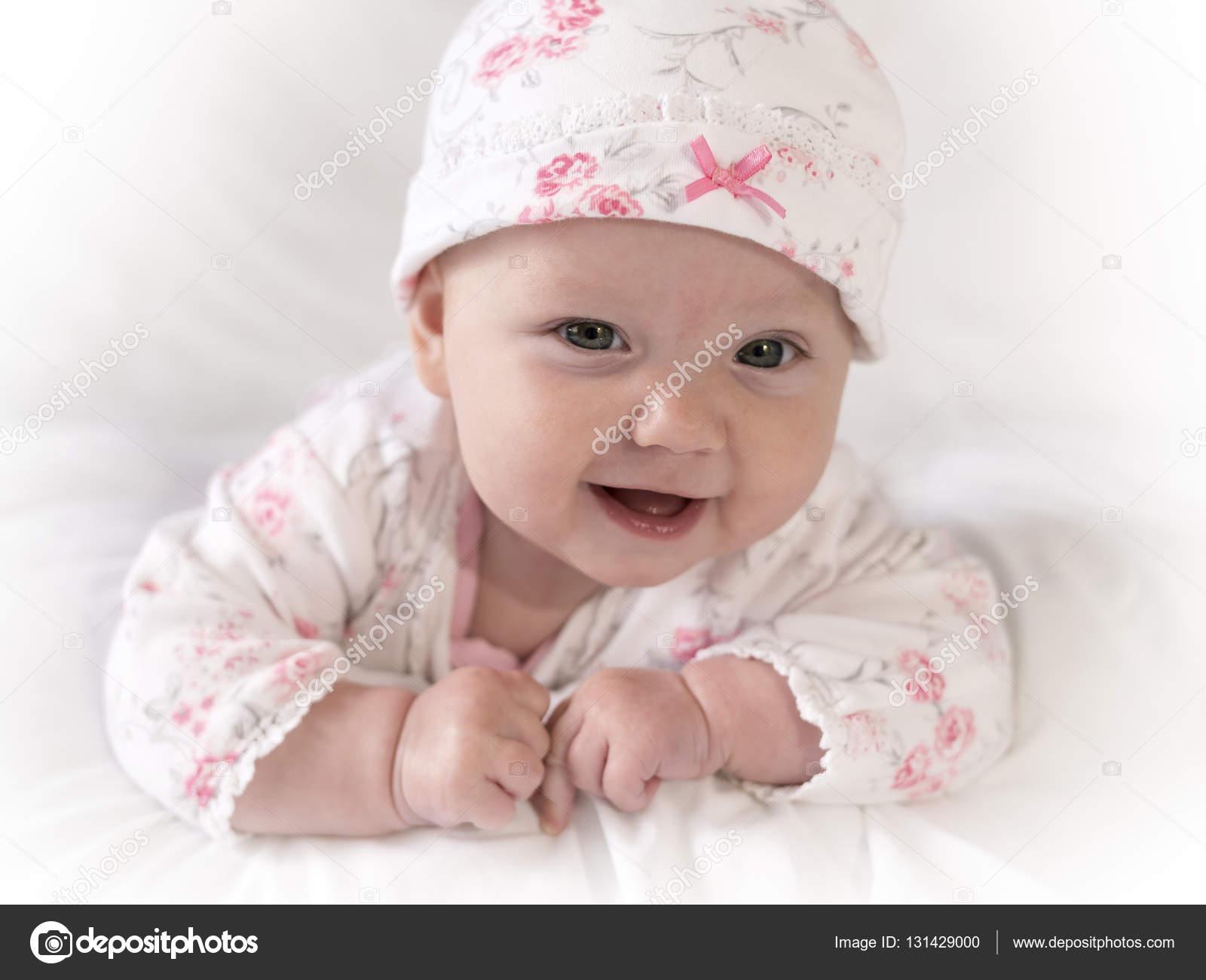 Adorable bebé recién nacido niña con traje de flor rosa en estrecha cara  toma– imagen de stock 0a536a24ccb