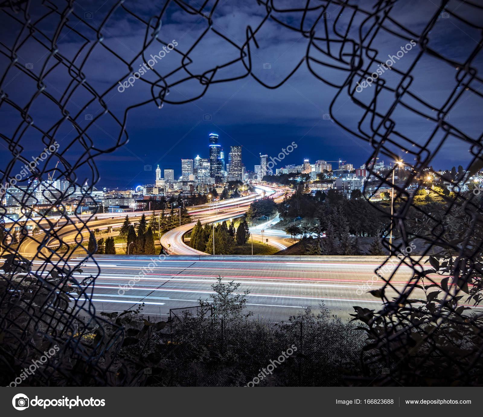 Seattle Stadt Nacht Langzeitbelichtung umrahmt von Maschendrahtzaun ...