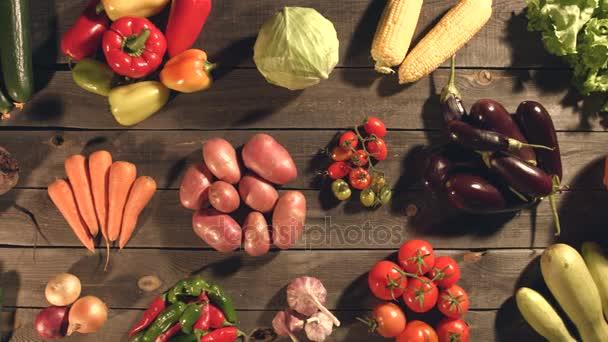 Mnoho různých zeleniny leží na stole.