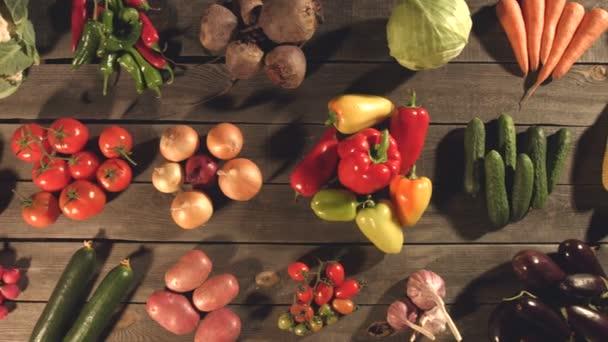 A táblázat különböző zöldségek, felülnézet.