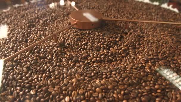 Zpracování kávových zrn. Pan vodorovně (zleva doprava). Smažený kávová zrna jsou smíšené.