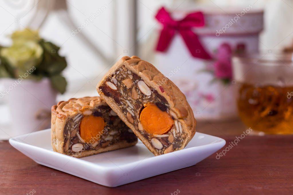 Mond-Kuchen und Tee - Chinesisch (traditionell) Mond Kuchen auf ...