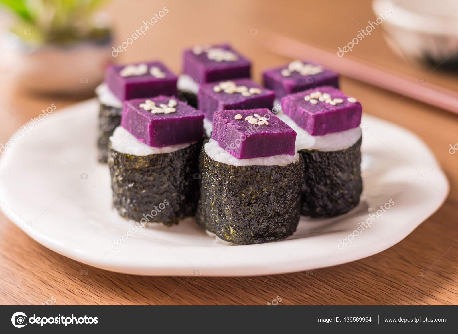 Witte Keuken Voordelen : Sushi paarse zoete aardappel in sushi rijst met witte keramische