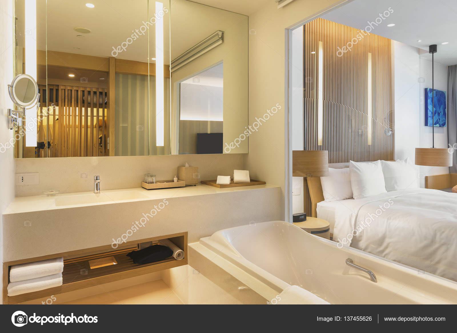 Interni di un bagno in una stanza d\'albergo — Foto Stock © tapanuth ...