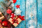 Vánoční dekorace přes dřevěné pozadí