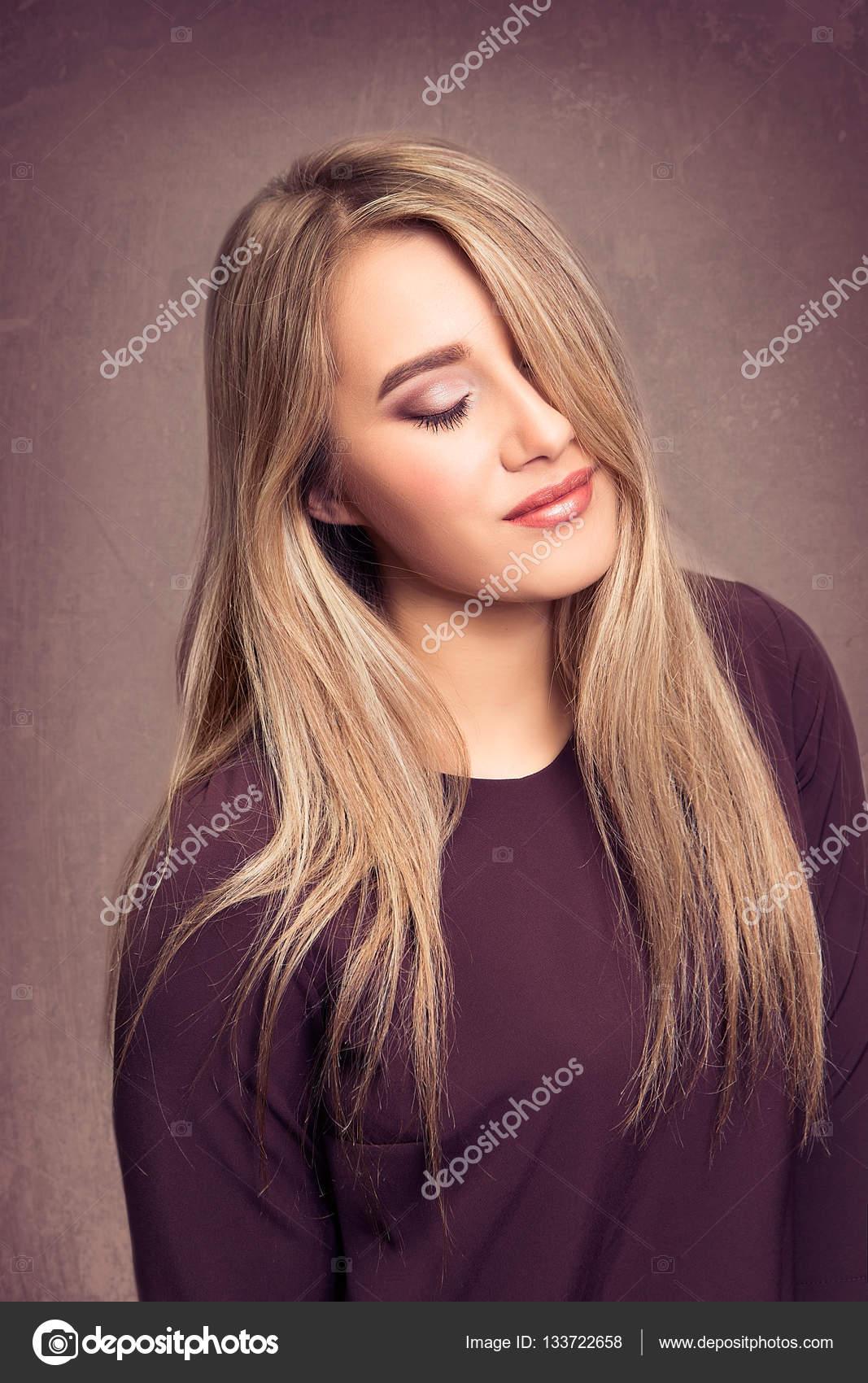 3d4edbeaf9e7 Ritratto di alta qualità di una ragazza su una priorità bassa scura di  colore Bordeaux.