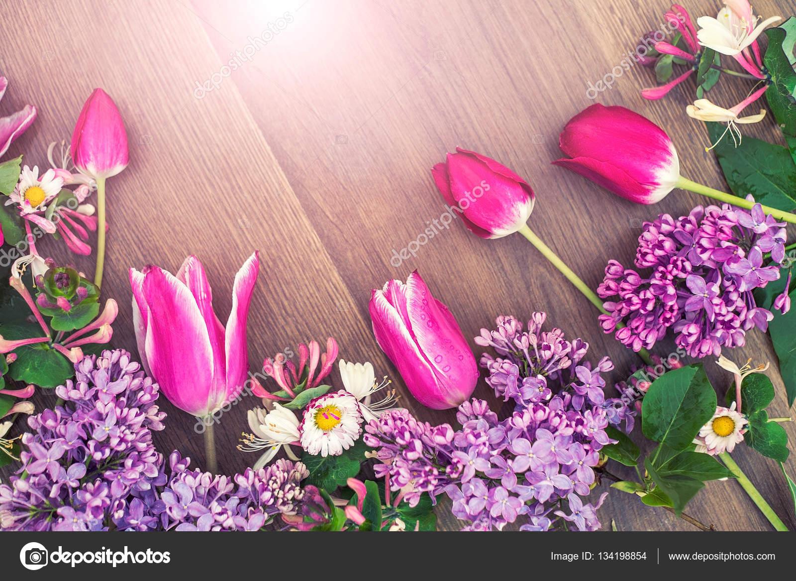 Fotos Mujeres Y Flores Flores Sobre Un Fondo De Madera Un Regalo