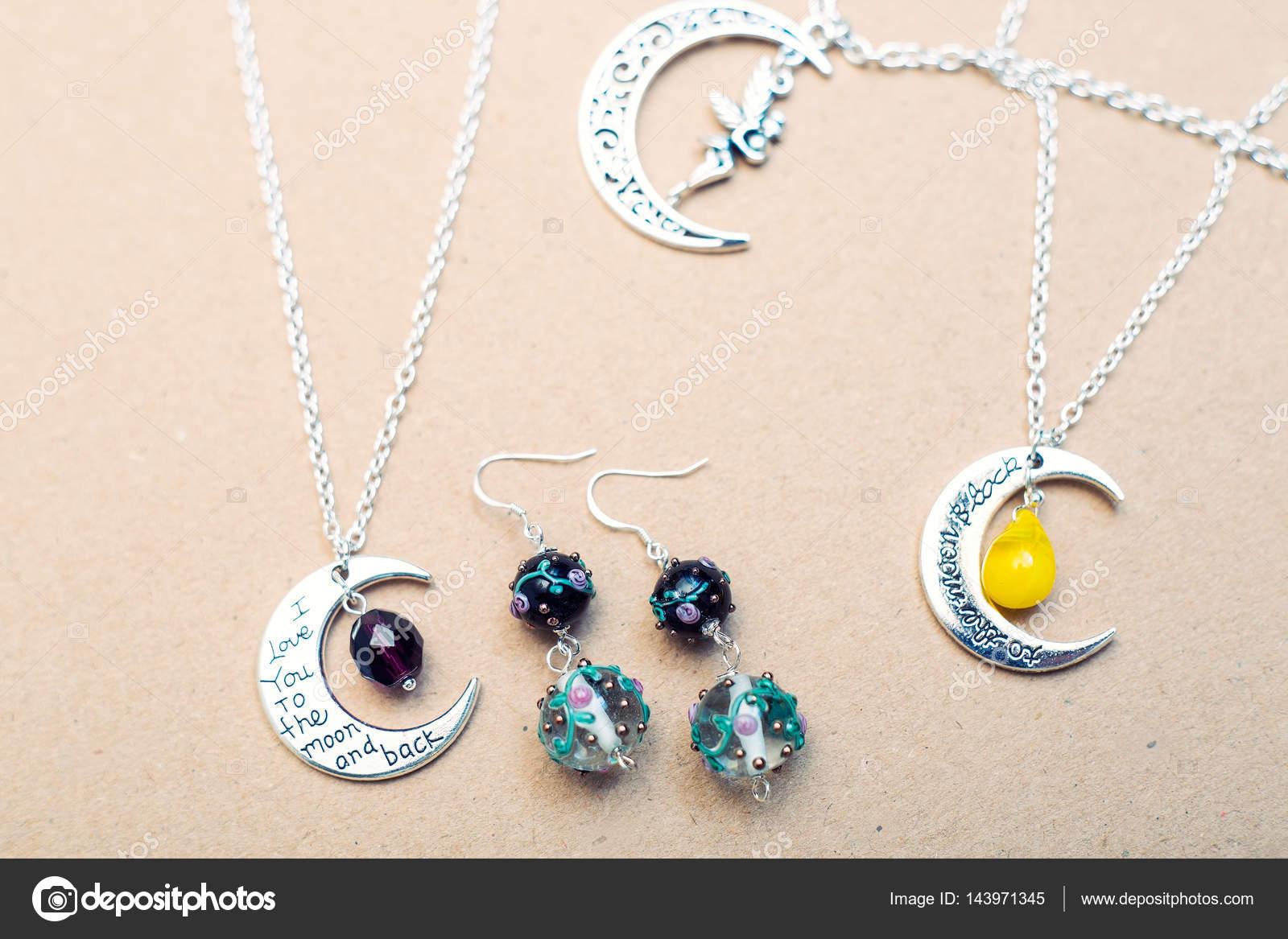 85c185b9b302 Los símbolos del cielo y la naturaleza. Granos de cristal y pendientes de  cristal - imágenes  aretes de plata con nombre — Foto de ...