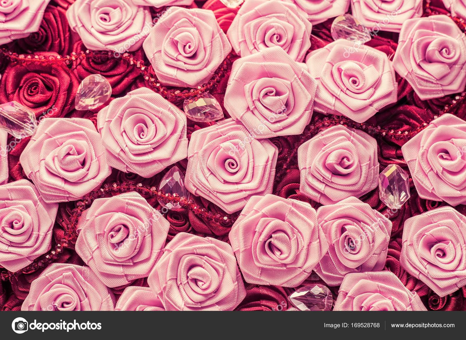 Fondo de la boda con rojo y de la luz rosas sedosos, decoración de ...