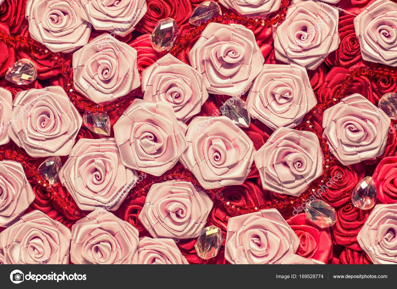 Fondo de rosas de la boda. Rosas rosadas y rojas luz, decoración de ...