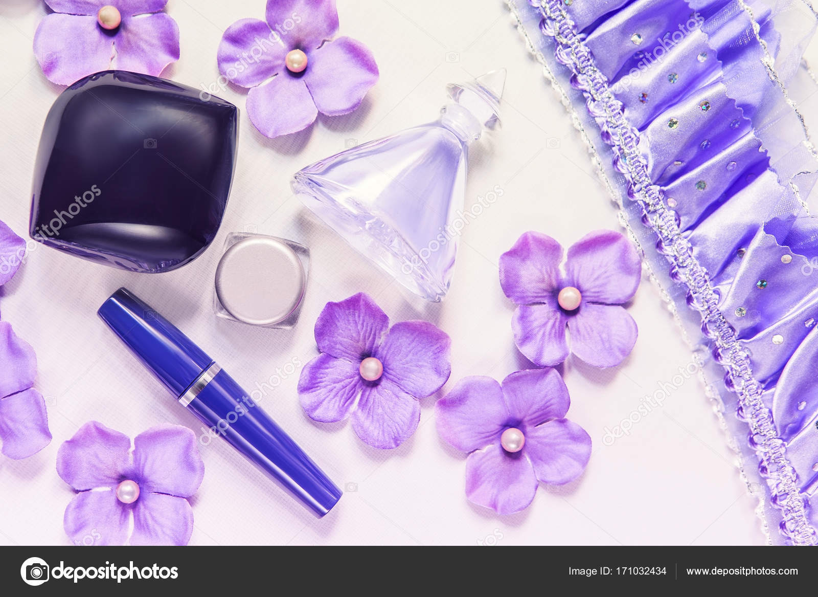 f581518014 Βάζα και κουτιά με λουλούδια ορτανσίες και τα μικρά μαργαριτάρια — Εικόνα  από ...