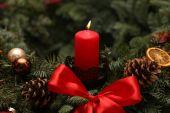 Adventszeit, vier Kerzen brennen. Advent-Hintergrund